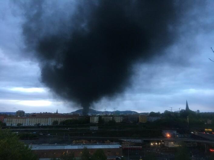 Den svarte røyken fra brannen ved Jordal Amfi var synlig fra mange steder i Oslo-området. Foto: Cornelius Poppe / NTB scanpix