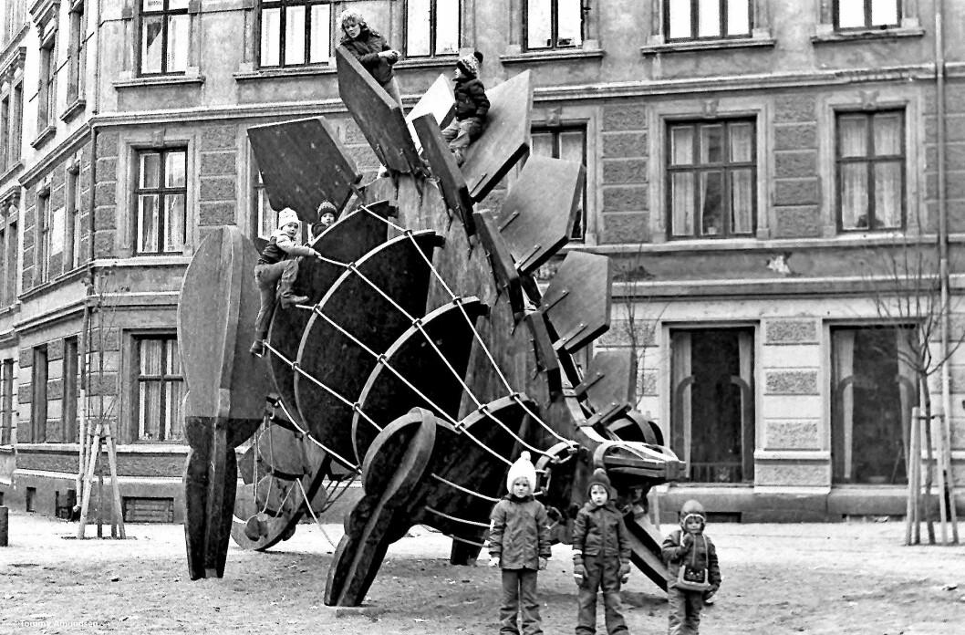På tegnebrettet så den både fin og spennende ut, klatreskulpturen for barn som blei montert i 1979. Foto: Tommy Amundsen / vintage-foto.no