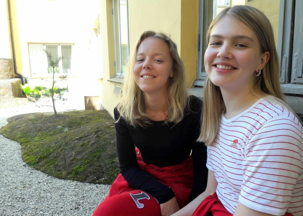 Avgangselever fra Steinerskolen Oslo, Felicia Wolden Hoel og Silje Haugerud har med sin oppgave vist at gatenavnene i Oslo preges av hvor i byen gata ligger. Foto: Anders Høilund