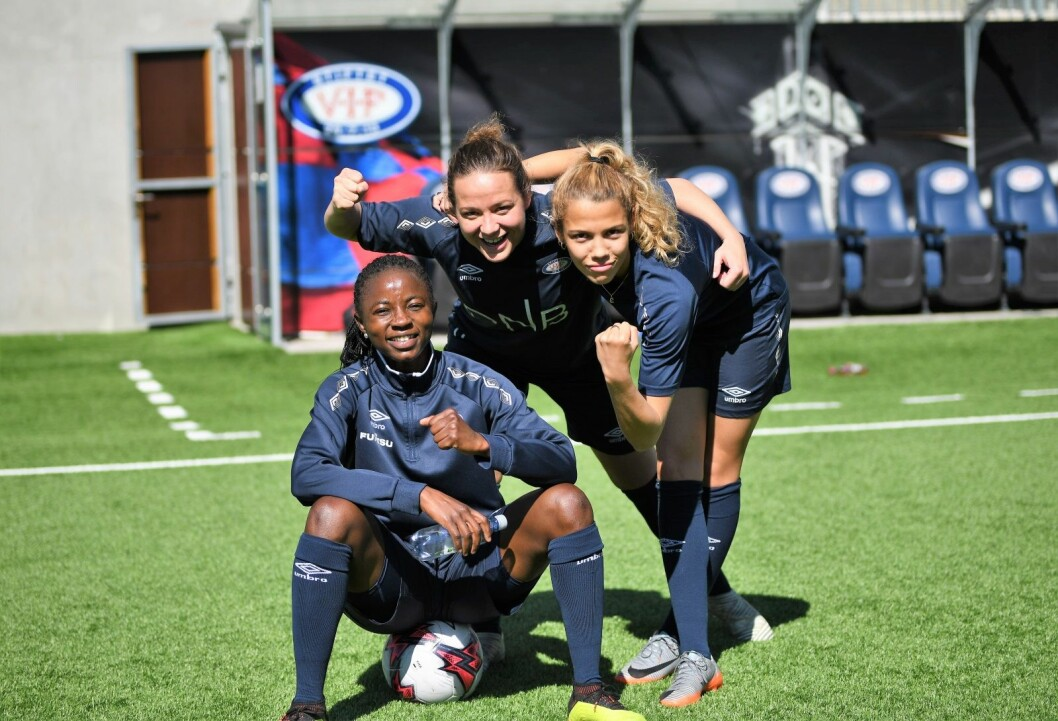 "Vålerenga-spillerne Ajara Njoya (t.v), Maren hauge og Celin Bizet Ildhusøy (t.h) er klare for å ""knuse""  Lyn i lørdagens byderby. Foto: Christian Boger"