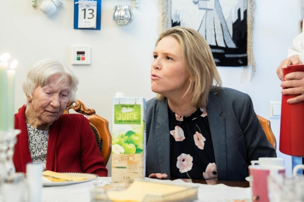 Eldre- og folkehelseminister Sylvi Listhaug (Frp) treffer beboere, pårørende og ansatte ved Hobøl bo- og behandlingssenter. Foto: Berit Roald / NTB scanpix