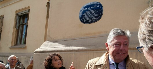 Nobelprisvinneren i økonomi, Ragnar Frisch, får sitt eget blå skilt i Frederiks gate