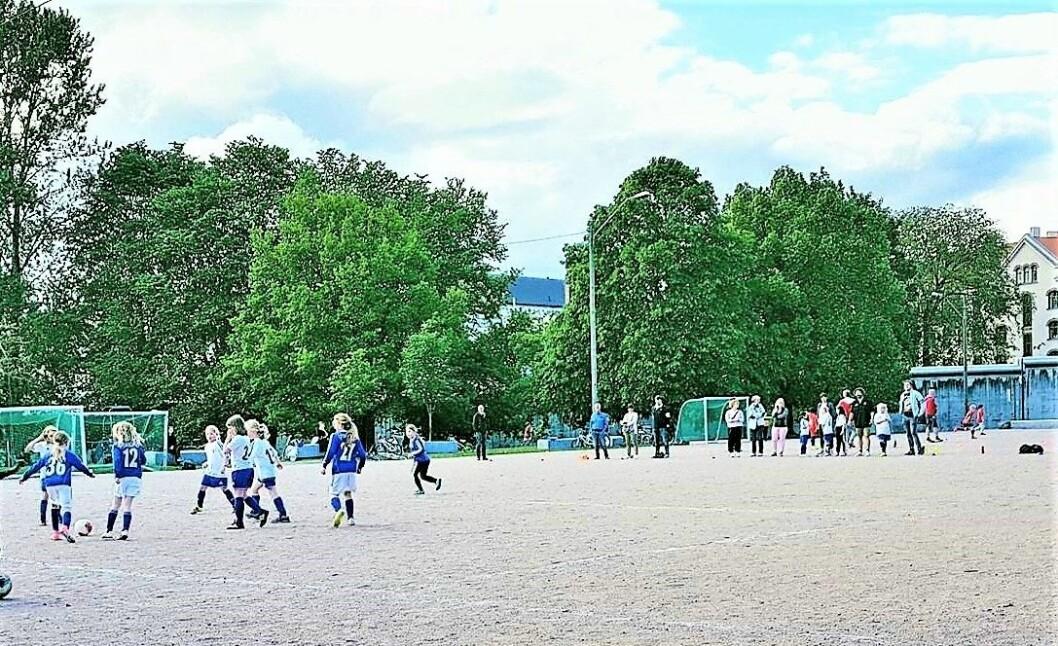 Grusbanen på Klosterenga er i ferd med å bli omgjort til kunstgress. Banen blir høyst sannsynlig åpnet tidlig i høst. Foto: Klosterengas Venner