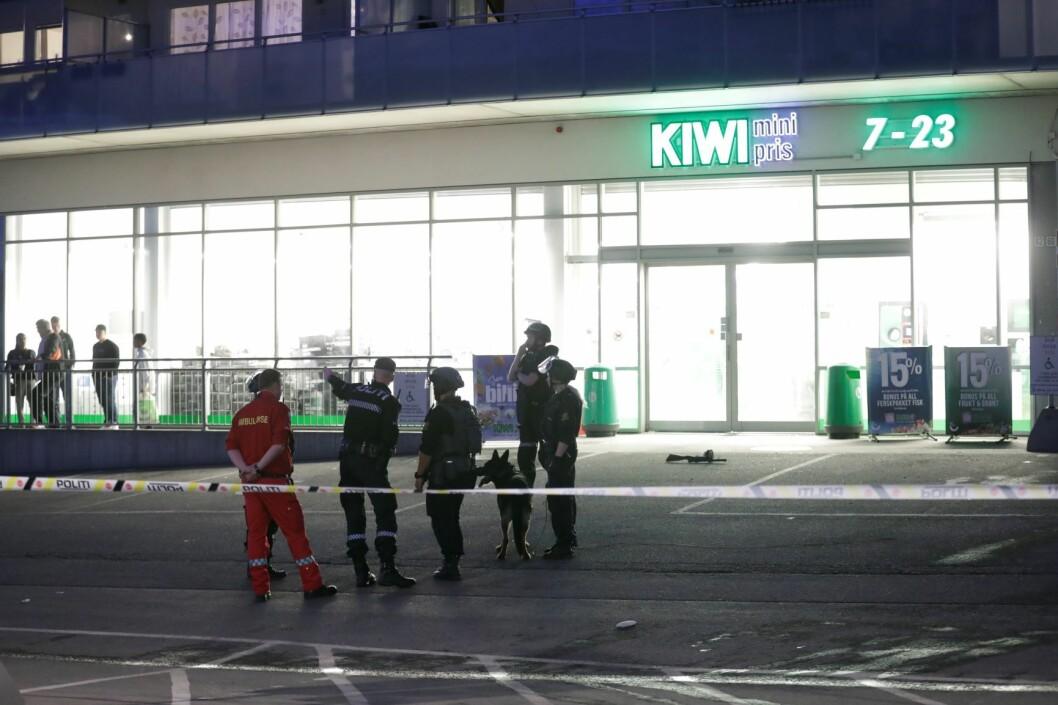 Politiet rykket sent onsdag kveld ut til Stovner hvor det ble løsnet skudd mot en bygning på Stovner T-banestasjon. Foto: Cornelius Poppe / NTB scanpix