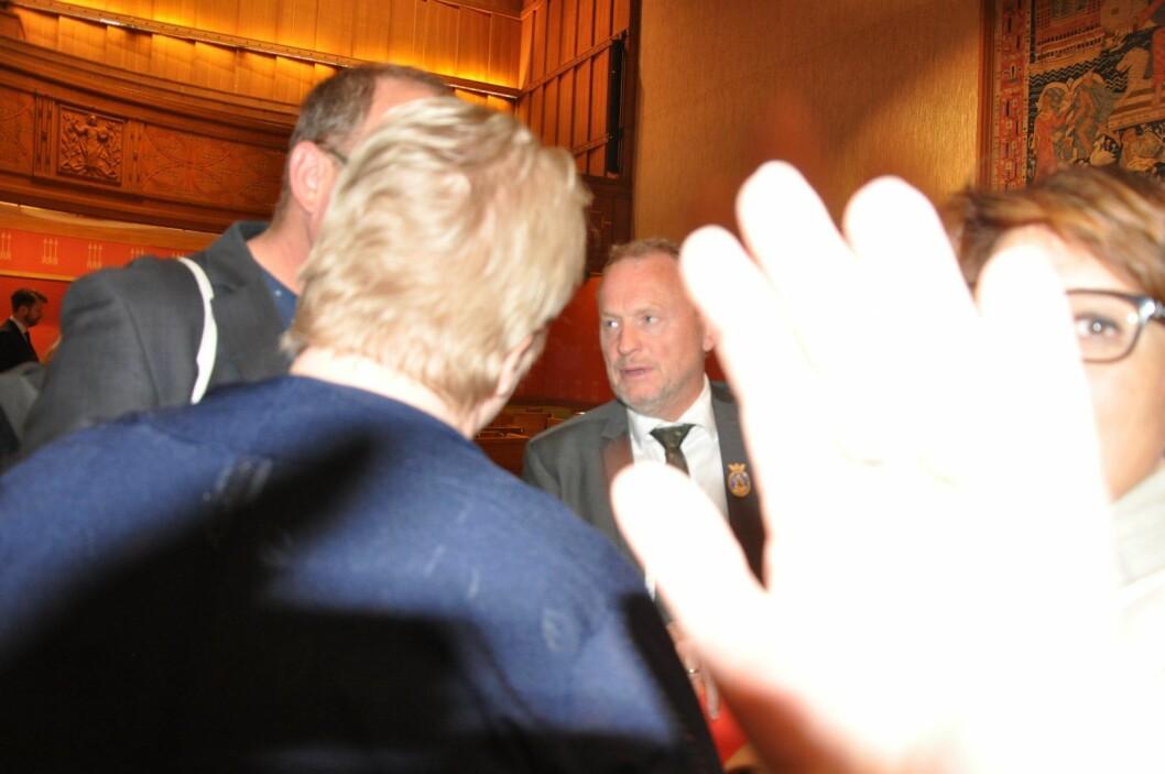 Helsebyråd Tone Tellevik Dahl (Ap) setter en hånd foran kamera og hindrer VårtOslo i å fotografere byrådsleder Raymond Johansen (Ap) etter at de rødgrønne partiene har stemt ned et Høyre/Frp-forslag om å reversere gjengs leie for utviklingshemmede. Foto: Arnsten Linstad