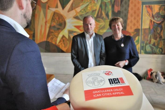 Nei til atomvåpen hadde med spesiallaget marsipankake til ordfører Marianne Borgen (SV) og byrådsleder Raymond Johansen (Ap). Foto: Arnsten Linstad