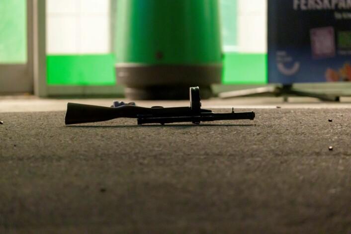 Et våpen er funnet på åstedet hvor det ble skutt mot en bygning på Stovner i Oslo onsdag kveld. Foto: Cornelius Poppe / NTB scanpix