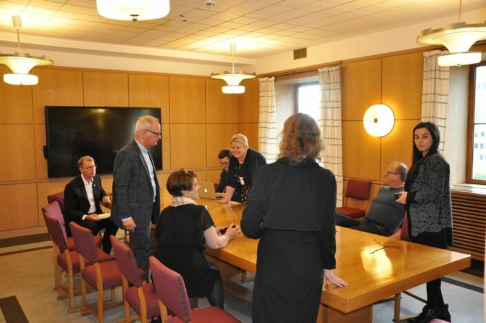 Aps Frode Jacobsen (sittende til høyre) hasteinnkalte rødgrønne politikere til et grupperom i Rådhusets vestre tårn i bystyrets middagspause. Ap ønsket å diskutere hvordan de skulle hindre Høyre og Frp i å få bystyreflertall for å redusere husleia til utviklingshemmede i kommunale boliger. Foto: Arnsten Linstad