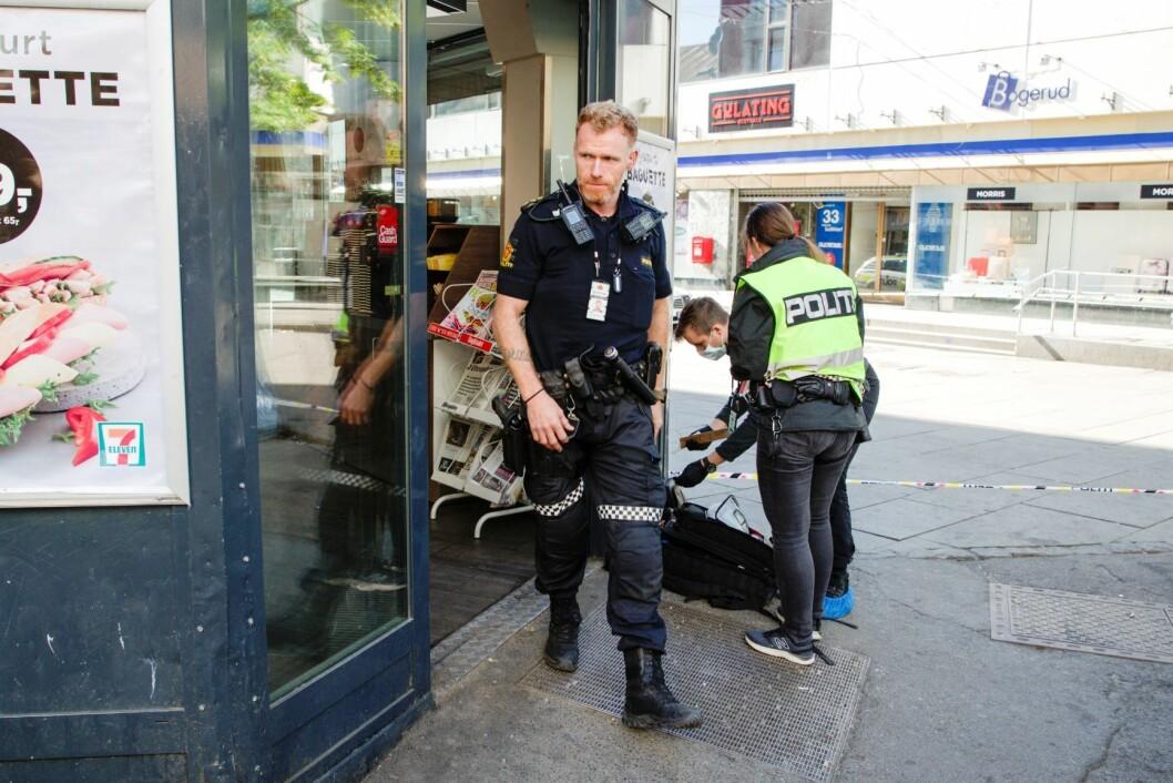 Politiet på åstedet i Brugata i Oslo der en person er alvorlig skadd etter å ha blitt knivstukket. Foto: Vidar Ruud / NTB scanpix
