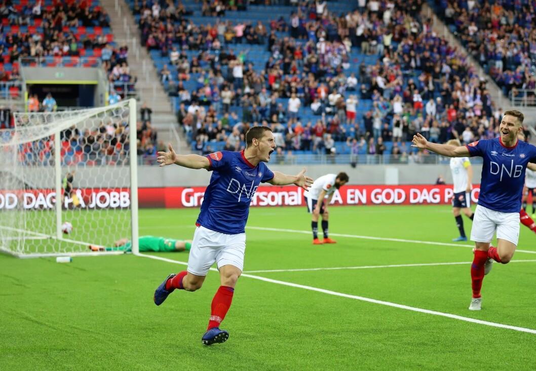 Så glade blir målscorer Herolind Shala og Matthías Vilhjálmsson når ballen går i mål bak Viljar Myhra. 2-0 til Vålerenga. Foto: André Kjernsli