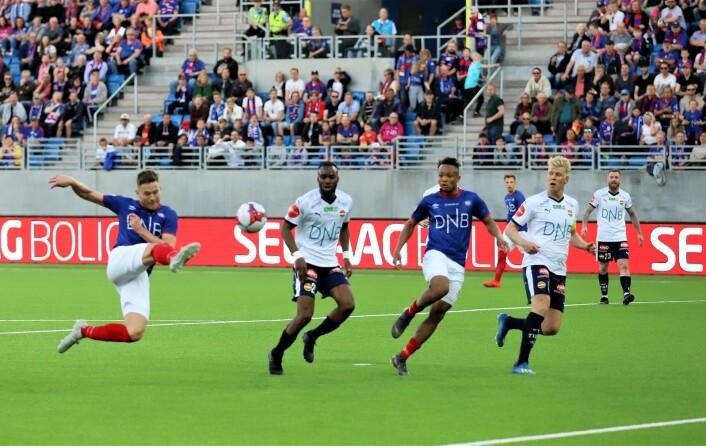 Nære på for Matthías Vilhjálmsson mot slutten av første omgang. Foto: André Kjernsli