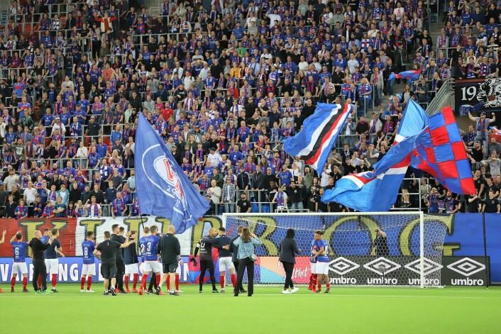 Klanen og VIF fotball fikk en fin oppladning til nasjonaldagen. Foto: André Kjernsli