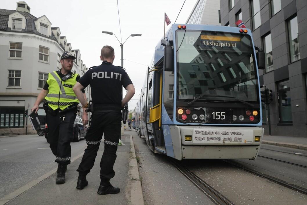 Politiet på plass i Schweigaards gate etter at en kvinne ved 19-tiden 17-mai ble påkjørt av trikken like ved bussterminalen på Grønland. Foto: Cornelius Poppe / NTB scanpix