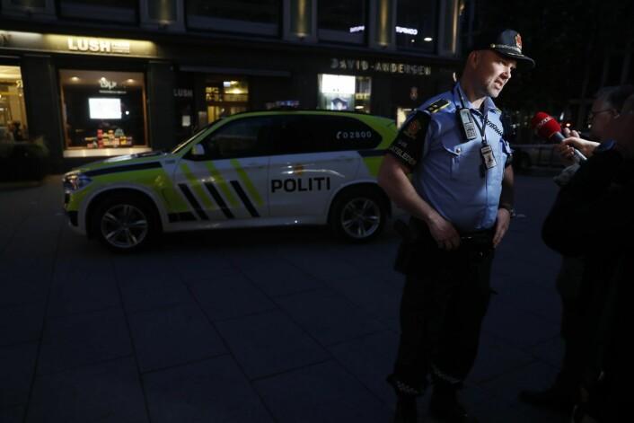 Operativ uteleder Svein Arild Jørundland snakker med pressen. Politiet søker etter gjerningspersonene som er beskrevet som to menn og en kvinne. Foto: Cornelius Poppe / NTB scanpix