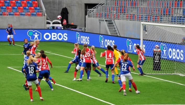 Vålerenga var nær ved å utligne på overtid. Men Lyn sto i mot og vant 1-0. Foto: Arnsten Linstad