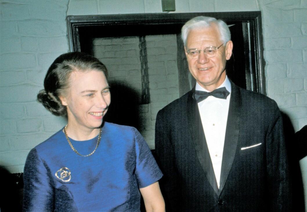 Høyesterettsjustitiarius Rolv Ryssdal  og  høyesterettsadvokat Signe Marie Stray Ryssdal på Akershus Slott under middagen i forbindelse med et NATO-møte i 1976. Foto NTB  / SCANPIX