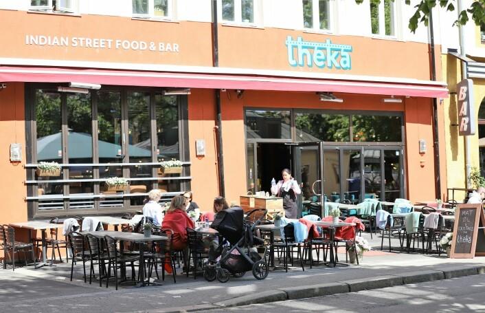"""Theka ligger ved det Løkka-folk kaller gullrekka på oversiden av Olaf Ryes plass, og selger seg inn med både """"indian street food"""" og bar. Restauranten har omlag 70 plasser på uteserveringen. Foto: André Kjernsli"""