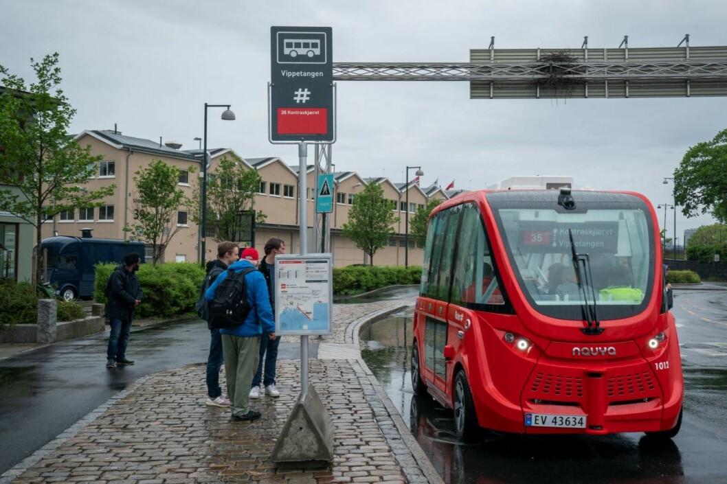 De førerløse bussene går nå i vanlig kollektivtrafikk langs Akershuskaia. Fra og med denne første turen kan alle personer med gyldig Ruter-billett sitte på med de selvkjørende bussene. Foto: Heiko Junge / NTB scanpix