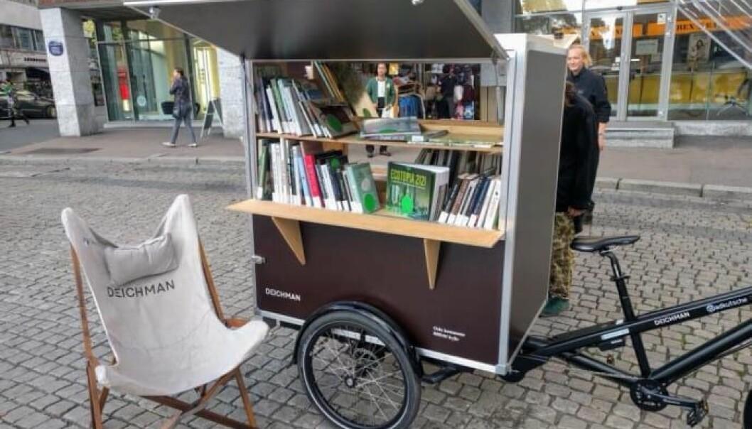 Slik kunne det sett ut utenfor Deichman. Folk kunne bestilt bøkene hjemme og hentet de utenfor biblioteket.