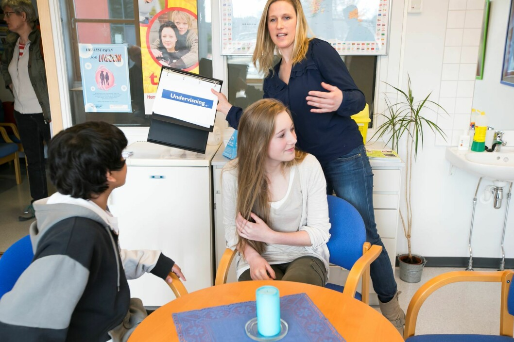 Ungdomskoleelevene Ali Zaman og Helle Haglund (begge 14 år) og helsesykepleier Angela Vaage er fornøyde med skolehelsetjenesten på Fjelsrud ungdomsskole. Illustrasjonsfoto: Heiko Junge / NTB scanpix