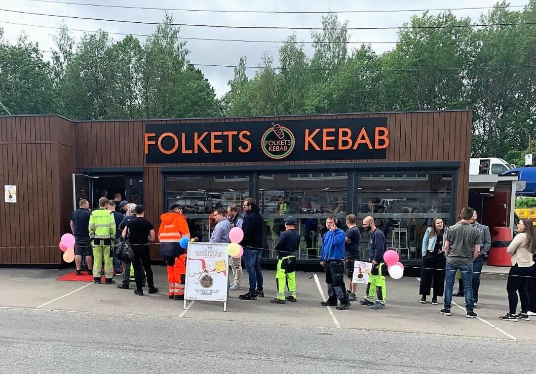 Folk sto helt ut på gata for å få mat i den nye kebabsjappa på Alnabru. Foto: Sirwan Alikhani