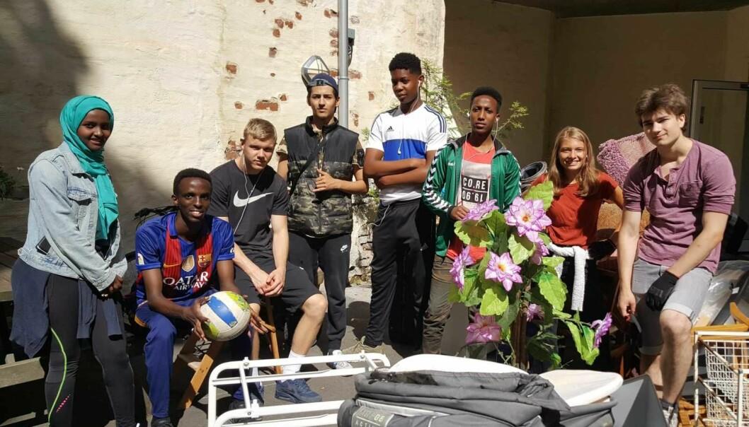 Ungdommer som fikk sommerjobb i bydel Frogner i forfjor. Her i bakgården til et eldrehjem i Frognerveien 54 hvor de kastet gamle møbler.