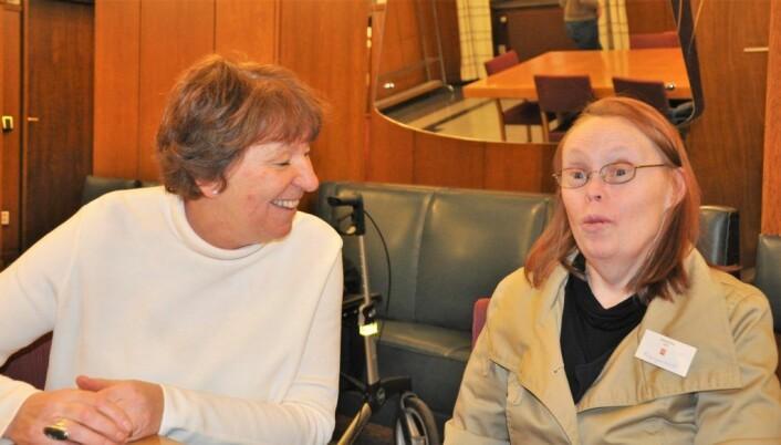 Ordfører Maianne Borgen (SV) og Marion Risa avbildet under en pause i bystyrets møte 27. februar i år. Da trodde Marion at ordførerens parti og de andre rødgrønne partiene ville være med på å rydde opp. Men først nå er det klart at Marion Risa slipper gjengs leie i den kommunale boligen hun leier. Foto: Arnsten Linstad