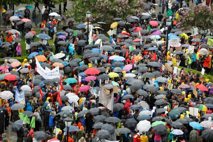Tusener av elever var møtt opp i regnet foran Stortinget i protest mot landets klimapolitikk. Foto: Ole Berg-Rusten / NTB scanpix