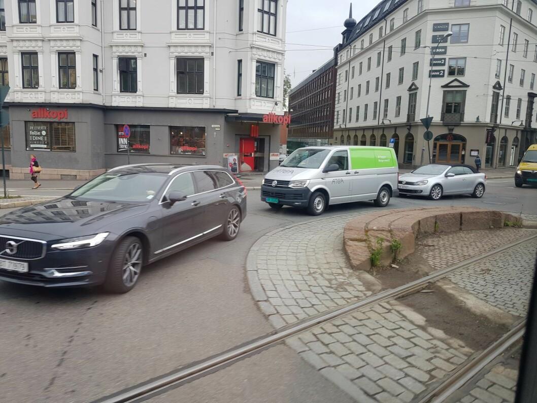 Ved rundkjøringen Løkkeveien (til venstre), Henrik Ibsens gate og Parkveien onsdag 22. mai klokken 09.10 på morgenen. Bildet er tatt to døgn etter at Løkkeveien ble stengt for trafikk. Foto: Christina Østergaard
