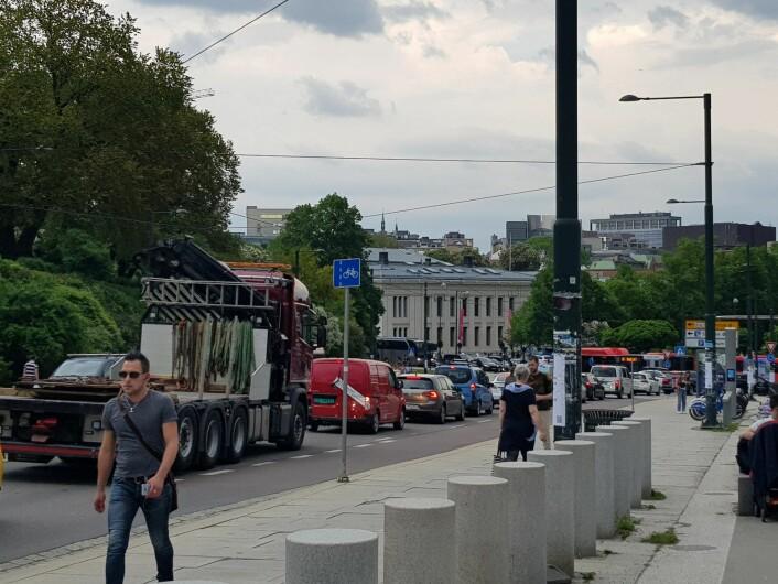 Bildet av tett trafikk I Henrik Ibsens gate mot rundkjøringen ved Nationaltheatret er tatt klokken 16.44, 21. mai, dagen etter at Løkkeveien ble stengt. Foto: Christina Østergaard