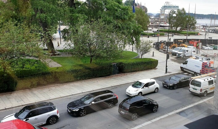 Sør for rundkjøringen i Haakon VIIs gate ved Kronprinsesse Märhas plass var det tirsdag mer trafikk enn før Løkkeveien stengte, mener VårtOslos tipser som har tatt bildet fra sitt kontor. Foto: tips@vartoslo.no