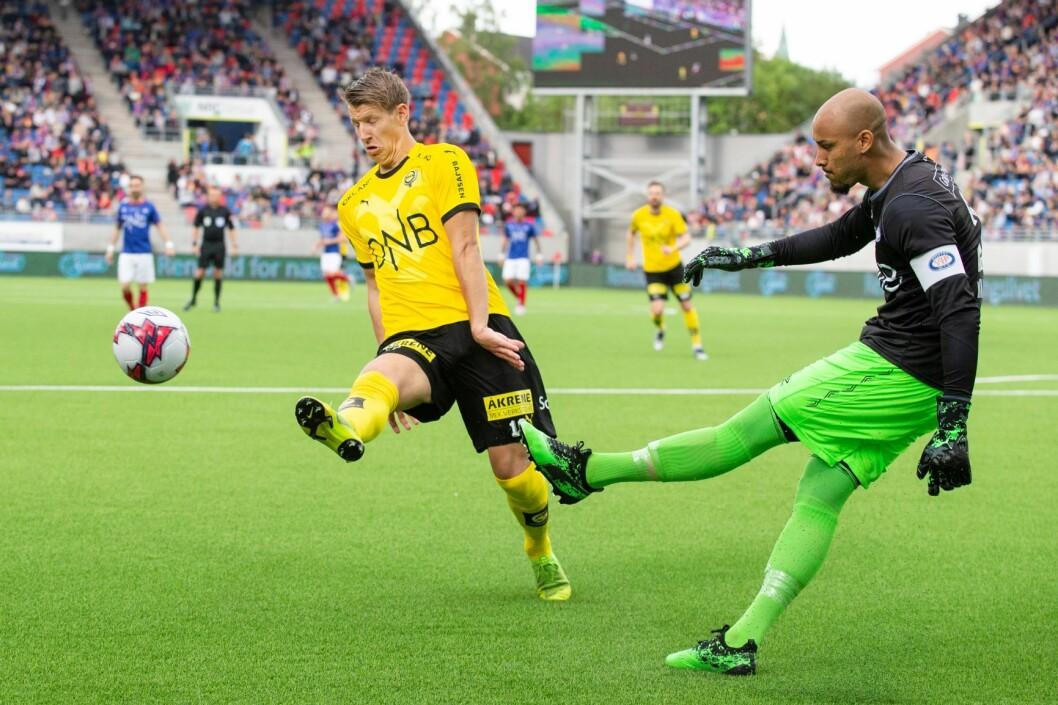 Vålerenga-keeper Adam Larsen Kwarasey hadde ikke sin beste kamp i kveld. Foto: Audun Braastad / NTB scanpix