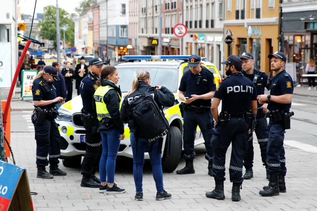 Politiet gjør tekniske undersøkelser og avhører vitner etter at det ble avfyrt skudd på Grünerløkka i Oslo lørdag kveld. Foto: Audun Braastad / NTB scanpix