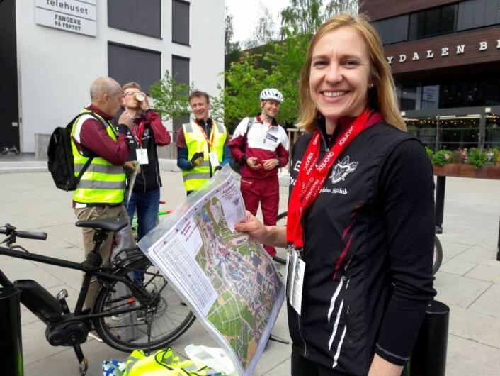 Løypelegger Elise Egseth var blid og tilsynelatende alle steder på en gang før start. Foto: Anders Høilund