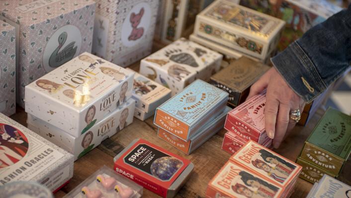 På bordet ligger tarotkort, tegneblokk og hukommelsesleker. Foto: Thor Langfeldt