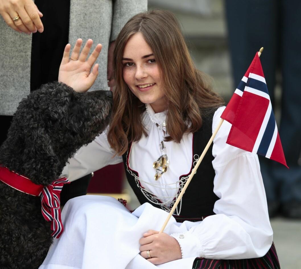 Prinsesse Ingrid Alexandra tar imot barnetoget i Asker 17. mai på Skaugum. Fra høsten blir prinsessen tiendeklassing på Urra. Foto: Lise Åserud / NTB scanpix