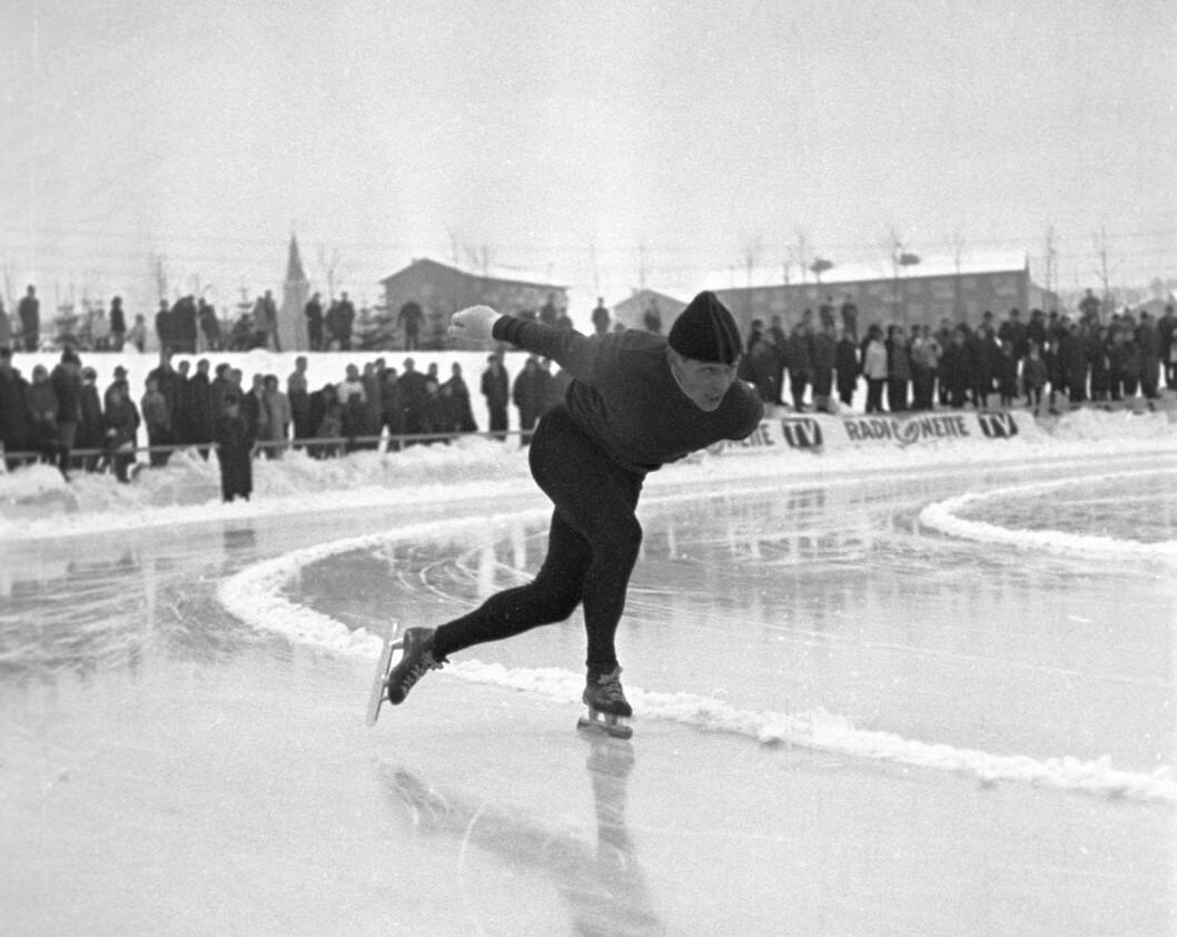 Året er 1966 og Per Willy Guttormsen går Oscar-løpet utendørs på nye Valle Hovin. 53 år senere går skøyteløpere fortsatt utendørs i lengdeløpsbyen Oslo. Det finnes ingen skøytehall i landets hovedstad. Og heller ikke i år satte Ap/SV/MDG-byrådet av penger til en skøytehall på Valle Hovin. Foto: Hordnes / NTB / Scanpix