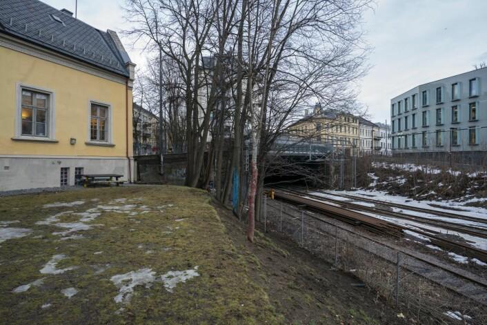 Den gule bygningen til venstre i bildet er Ruseløkka fritidsklubb. Til høyre sees gjerdet mot toglinjene på Filipstad. Foto: Heiko Junge / NTB scanpix