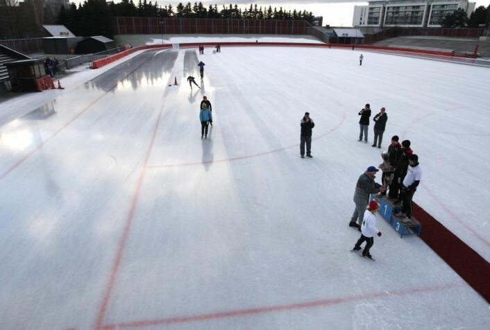 Den en gang så populære skøytebanen Valle Hovin har sakket akterut. I årevis har Oslos politikere lovet å bygge en innendørs hall for bandy og lengdeløp. Men det blir med løftene. Foto: Lise Åserud / SCANPIX