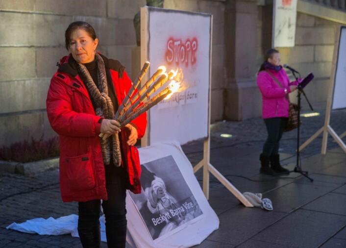 Ann Elisabeth Ekberg, talsperson i Barnas Trygghet demonstrerer foran Stortinget. Foto: Berit Roald / NTB scanpix