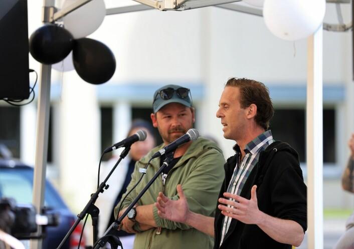 Petter Nyquist og Richard Prøsch forteller de mange gjestene hvor viktig slike arbeidsplasser er. Foto: André Kjernsli