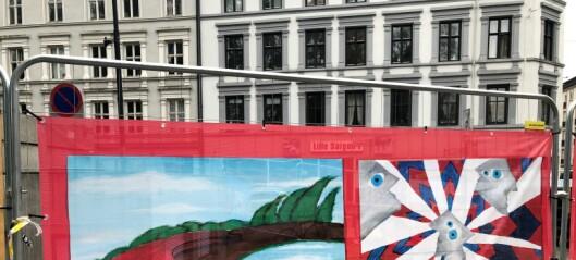 Elevene ved Oslo Kulturskole har smykket ut byggegjerdene i Birkelunden