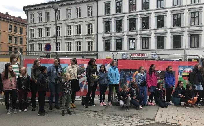 Elever ved Oslo kulturskole står bak tegningene som gjør byggegjerdene ved Birkelunden og Olav Ryes plass vakrere. Foto: Fremtidenbyreise.no