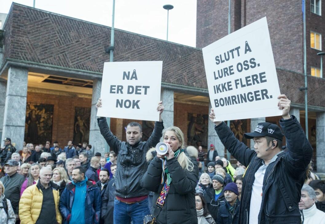 I november 2017 møtte omlag 4.000 mennesker opp utenfor Oslos rådhus og demonstrerte mot bompenger. Cecilie Lyngby, i midten, var en av initiativtakerne. Foto: Terje Pedersen / NTB scanpix