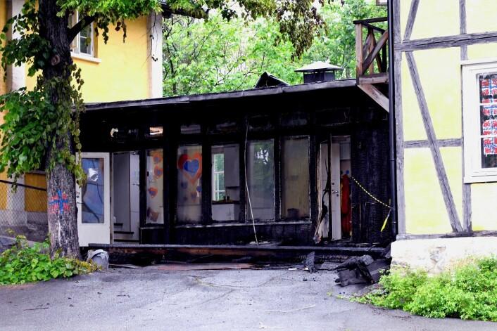De største skadene etter nattens brann i Heibergløkka barnehage finner en i bygget som binder de to sveitservillaene sammen. Foto: Christian Boger