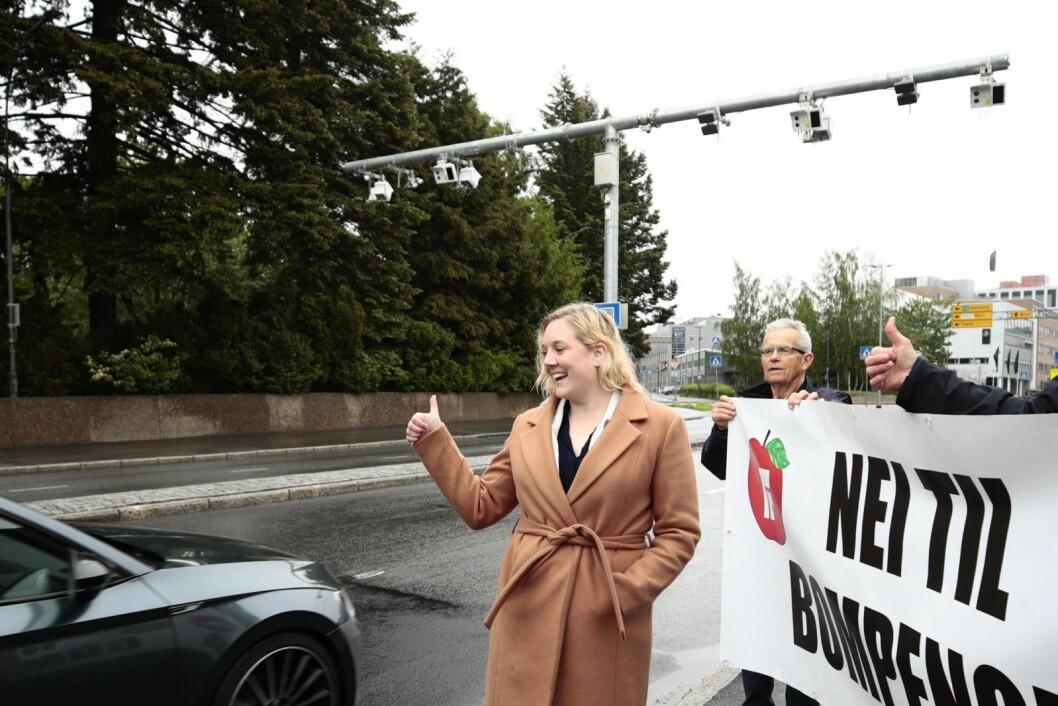 1. juni demonstrerte Frps førstekandidat i Oslo, Aina Stenersen, ved den nye bommen som er satt opp rett ved Østre Gravlund på Helsfyr. Foto: Lise Åserud / NTB scanpix
