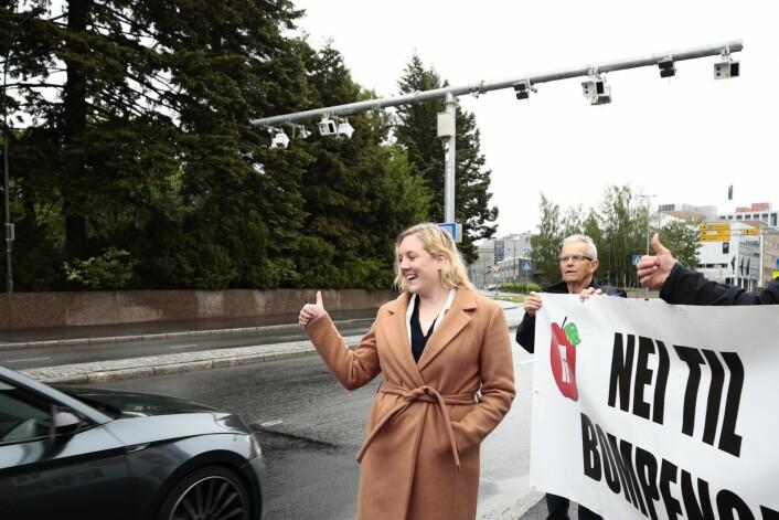 Frps førstekandidat i Oslo, Aina Stenersen, demonstrerte ved den nye bommen som er satt opp rett ved Østre Gravlund på Helsfyr. Foto: Lise Åserud / NTB scanpix