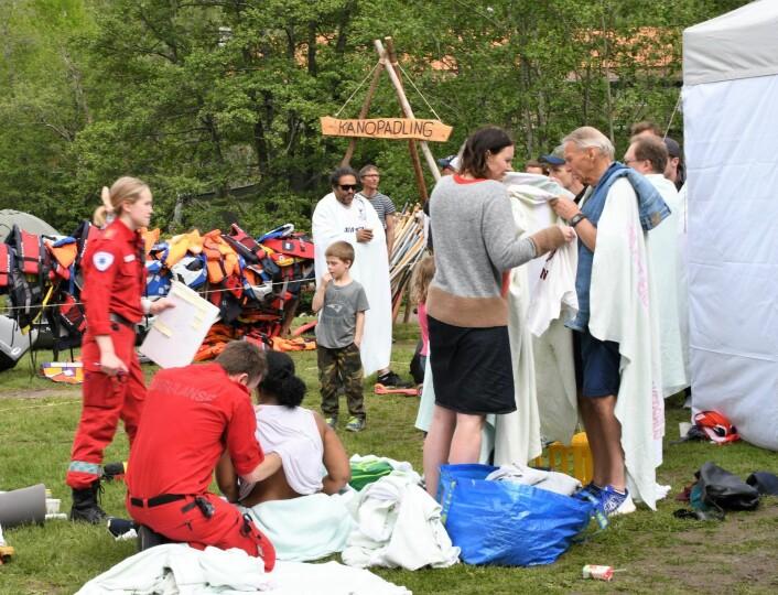 Passasjerene fra den kantrede taufergen blir tatt hånd om av helsepersonell. Foto: Christian Boger