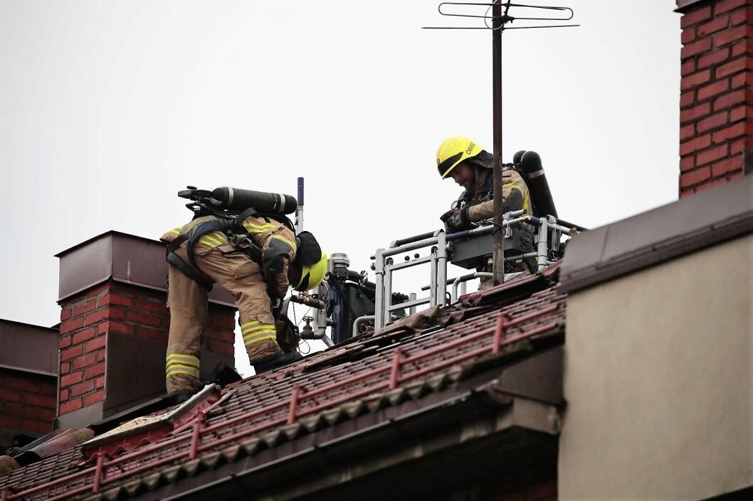 Brannvesenet arbeidet med å slukke brannen i Christian Michelsens gate mandag morgen. Foto: Lise Åserud / NTB scanpix