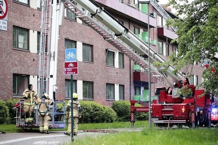 Oslo brann- og redningsetat rykket ut med store mannskaper etter at det brøt ut brann i Christian Michelsens gate mandag morgen. Foto: Lise Åserud / NTB scanpix